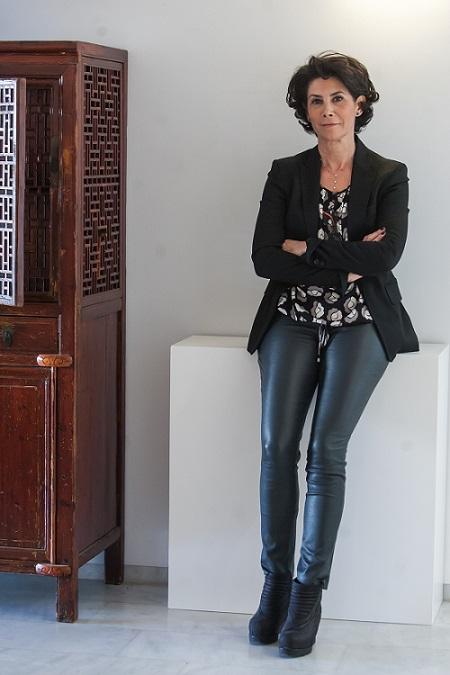 Ana Serratosa posando en su galería de arte