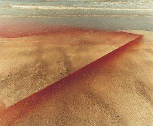 "Instalación ""Wind Painting VII"" realizada por Bob Verschueren con polvo de óxido"