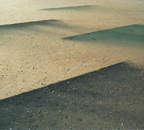 """Instalación """"Wind Painting XVIII"""" realizada por Bob Verschueren con tierra"""