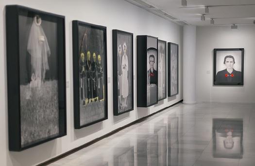 Fotografía de las obras de Carmen Calvo expuestas en la Sala Alcalá 31