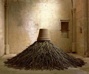 Instalación realizada con ramas por el artista Bob Verschueren en el Priorato de Salagon.