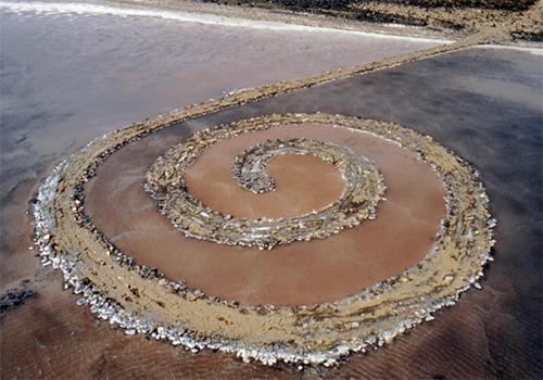 """Intervencion """"Spiral Jetty"""" realizada en 1970 por el artista Robert Smithson en EE.UU."""