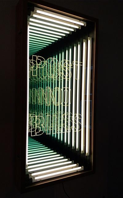 """Post no bills"" (2016) de Iván Navarro. Luz Fluorescente, LED, caja de madera de roble y espejo."
