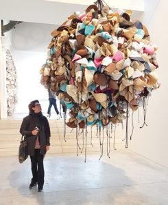 """Obra """"Hats"""" (2016) del artista Hassan Sharif. 290x210x200. Creada con sombreros y cuerda de algodón"""
