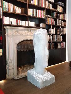 Escultura del artista Jaume Plensa expuesta en la Maison Particulière