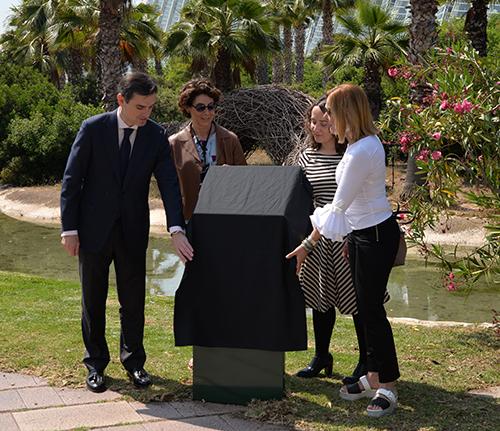 Descubrimiento del totem conmemorativo durante el acto de donación